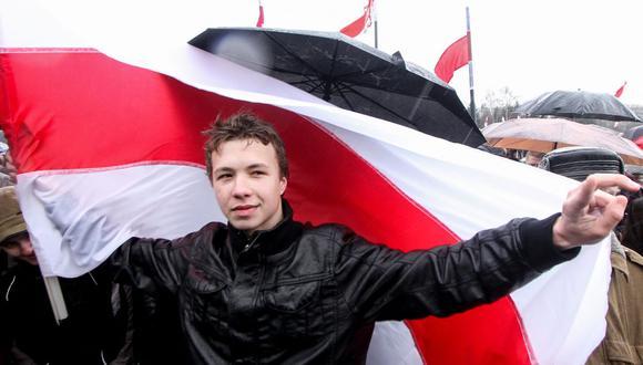 En esta foto tomada en Minsk el 25 de marzo de 2012 aparece el ex editor del canal de Telegram de la oposición bielorrusa '@nexta_tv' Roman Protasevich durante la manifestación. (Foto: AFP).