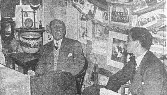 El cronista del diario El Comercio en plena conversación con el entonces comandante Francisco Sagasti Saldaña, abuelo del actual presidente del Perú. El cuarto estaba repleto de cuadros, dibujos, adornos, recuerdos de la guerra con Chile. El reportaje se publicó el 10 de agosto de 1948.  (Foto: GEC Archivo Histórico)