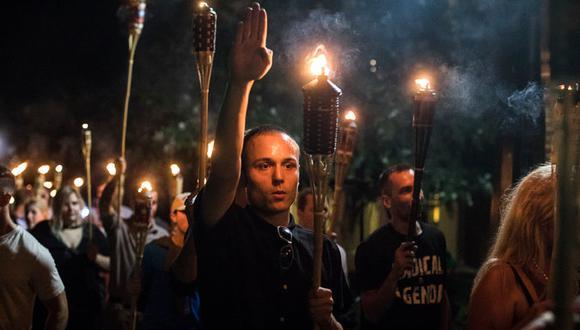 Miembros de los movimientos de extrema derecha lideraron una marcha de antorchas en Charlottesville, Virginia, en el 2017. (Edu Bayer para The New York Times).