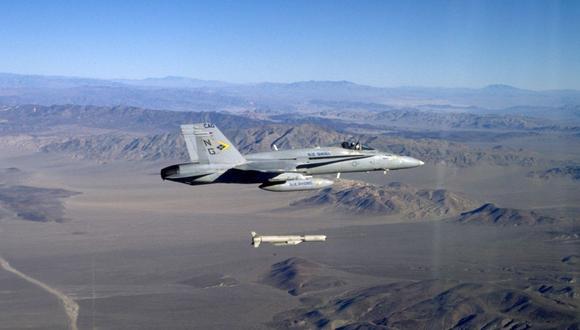 "Un caza de ataque F / A-18E ""Super Hornet"" lanza un misil de ataque SLAM / ER el 15 de diciembre de 1999. (AFP)."
