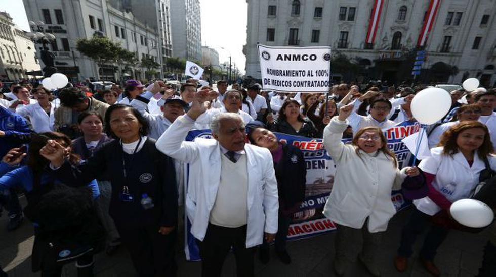 Policías y médicos se enfrentan en marcha por el centro de Lima - 1