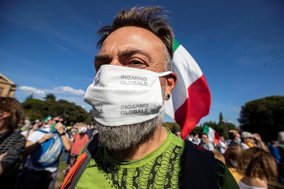 Italia ha impuesto la obligación de llevar la mascarilla en todo momento, también al aire libre, para reducir el incremento de contagios de coronavirus. (EFE/EPA/MASSIMO PERCOSSI).