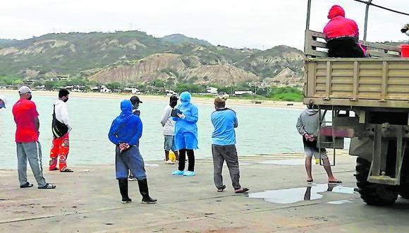 Los ciudadanos extranjeros se encuentran dentro de sus embarcaciones en el puerto de La Cruz bajo la custodia del personal de Seguridad del Estado y la unidad de Salvataje.