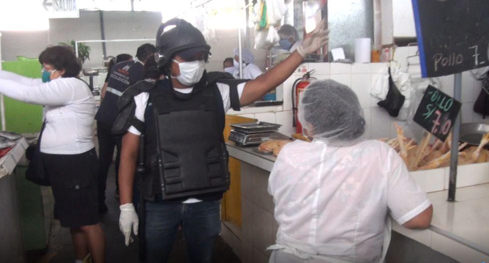 En el mercado El Carmen, el personal de fiscalización encontró que en algunos puestos subieron el precio del kilo del pollo. (Foto Municipalidad de Surco)
