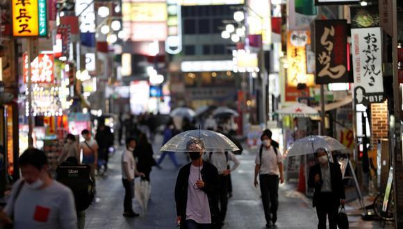 Personas utilizan máscaras mientras caminan por el distrito de Kabukicho, Tokio, luego que el gobierno levantara el estado de emergencia por la pandemia del coronavirus. (Foto: REUTERS/Issei Kato)