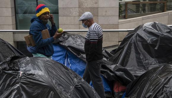 Los colombianos varados permanecen en un campamento improvisado frente al consulado de su país en Santiago esperando una solución a su situación ya que las fronteras se cerraron debido a la pandemia del coronavirus. (Foto: Martin BERNETTI / AFP).