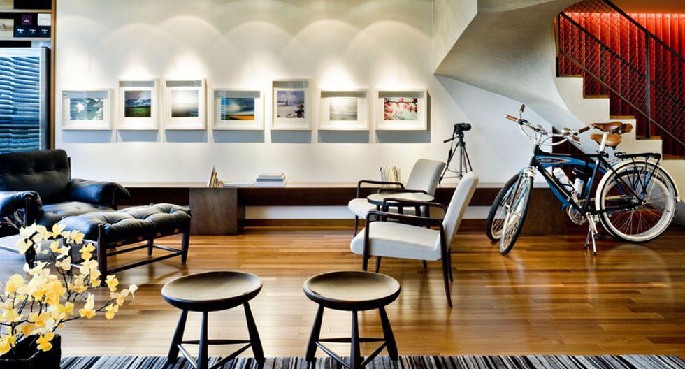 El departamento mide 232 m2 en total. Las paredes del estar tienen cuadros con marcos retroiluminados y pintados en poliuretano. (Foto: Domo Arquitectos)