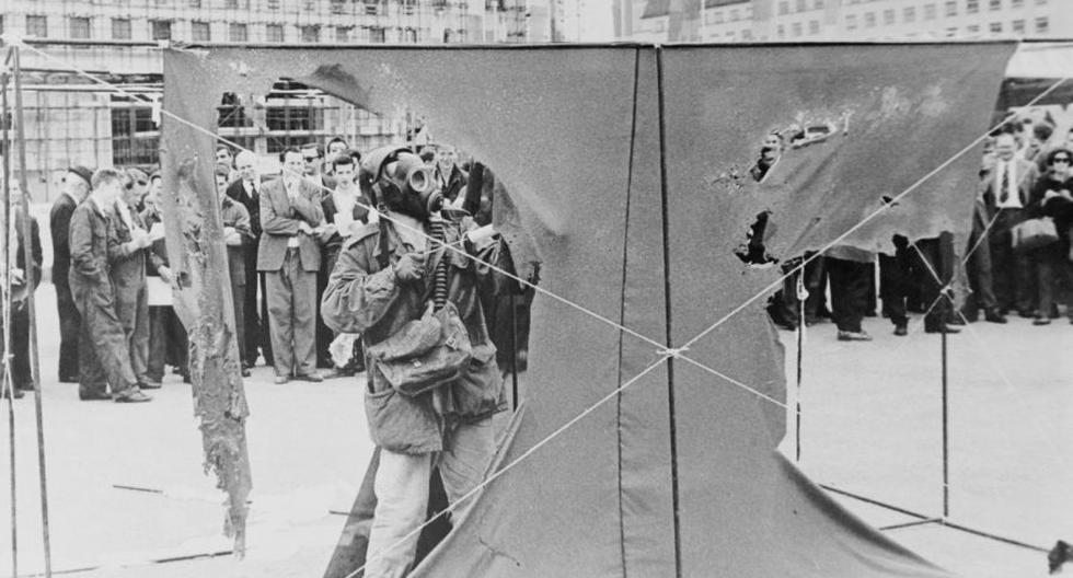 Gustav Metzger en una demostración de su arte autodestructivo. Londres, el  3 de julio de 1961. Foto: Getty Images.