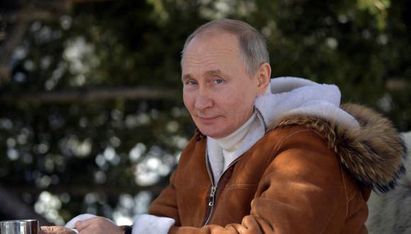 El presidente de Rusia, Vladimir Putin, posa para una fotografía mientras descansa durante sus vacaciones en el distrito federal de Siberia el 21 de marzo de 2021. (Foto de Alexey DRUZHININ / SPUTNIK / AFP).