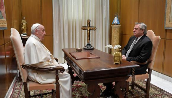 El papa Francisco habla con el presidente de Argentina, Alberto Fernández, durante su reunión en el Vaticano, el 13 de mayo de 2021.  (Vatican Media/REUTERS).