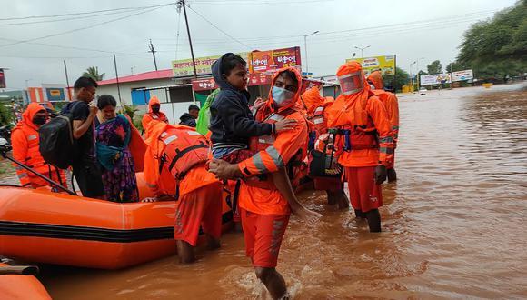 Fotografía de ayer en la que se ve al personal de la Fuerza Nacional de Respuesta a Desastres rescatar a personas varadas en las inundaciones en Kolhapur, en el estado occidental indio de Maharashtra. (Foto: AP)