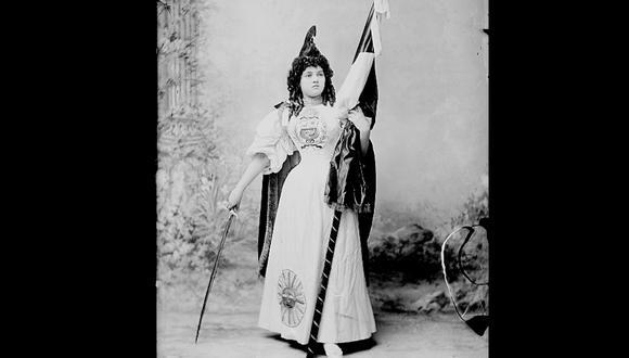 Es emblemática la imagen de Sofía Dorca vestida como la patria . La foto, tomada por Eugenio Courret, data de las Fiestas Patrias de 1897. (Foto cortesía de la Biblioteca Nacional del Perú. Archivo Courret)