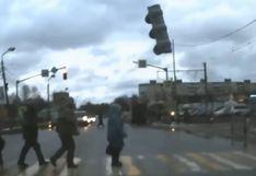 Rusia: mujer se salva de ser golpeada por un semáforo que cayó a la pista | Video