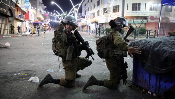 Las fuerzas israelíes del orden se enfrentan a los manifestantes en la ciudad de Hebrón, Cisjordania. EFE