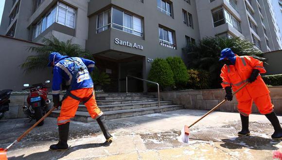 La limpieza continua de las áreas comunes de un edificio es una de las principales recomendaciones para evitar contagios. (Foto: Hugo Curotto)
