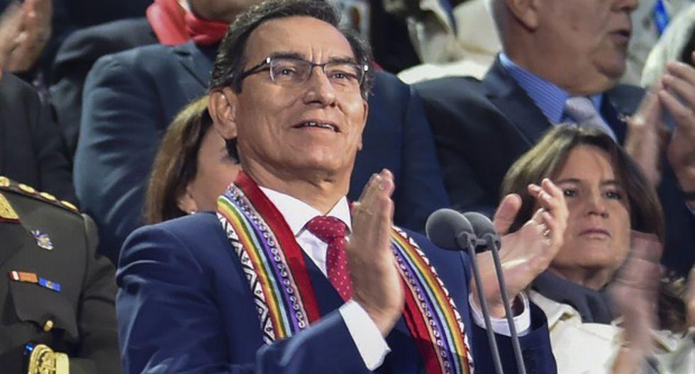 El presidente Martín Vizcarra aplaude durante la ceremonia de apertura de los Juegos Panamericanos Lima 2019 en el Estadio Nacional de Lima. (Foto: AFP)