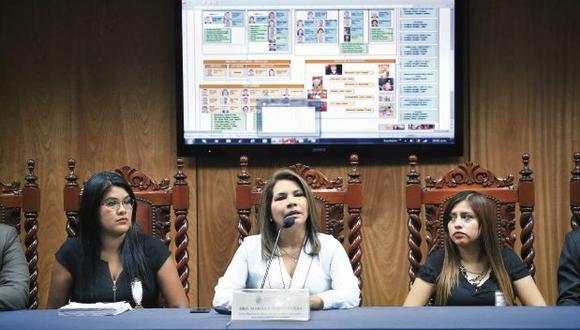 Marita Barreto Rivera (al centro) estuvo acompañada por los integrantes del equipo de fiscales con los que realizó las investigaciones. Anunció que aún quedan otros casos por indagar sobre el clan Orellana. (Foto: Jesús Saucedo/GEC)