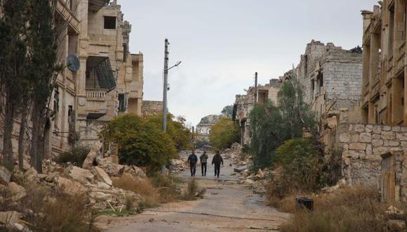 Combatientes rebeldes sirios del Frente de Liberación Nacional patrullan un área cerca de la línea del frente en el distrito de Al-Rashidin, controlado por los rebeldes, cerca de la provincia de Idlib. (Foto: AFP)