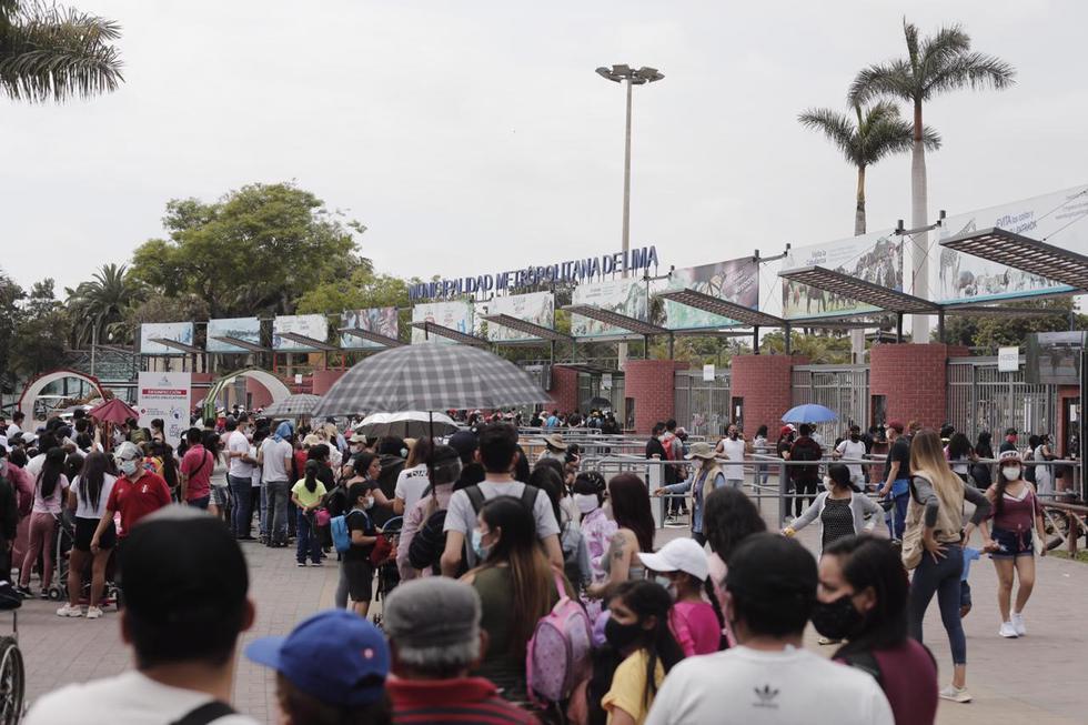 Desde tempranas horas del día, se reportaron largas colas en el ingreso al Parque de las Leyendas ubicado en el distrito de San Miguel. . (Fotos: Leandro Britto / @photo.gec)
