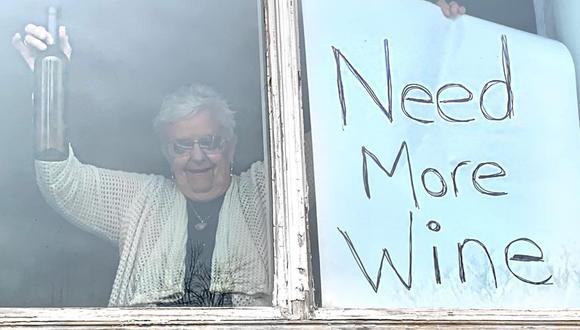 Abuela en cuarentena pide más vino a su hija. (Foto: Kelly Muller/Facebook)