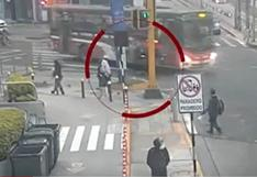 Accidente en Miraflores: muestran momento en que chofer de bus arrolló a joven en scooter