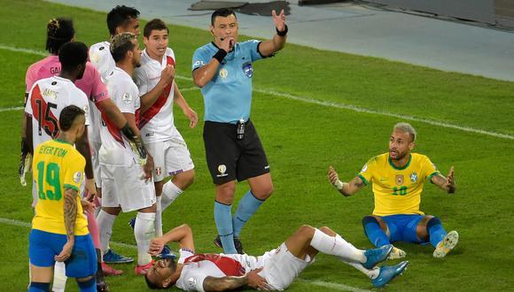 Tobar dirigió el Perú-Brasil y los jugadores se quejaron del trato. (Foto: AFP)