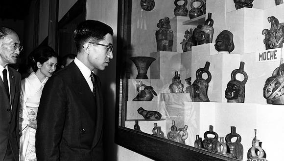 El príncipe Akihito, en primer plano, apreciando unos hueco-retratos, parte de la expresiva cerámica Mochica.  Foto: GEC Archivo Histórico.