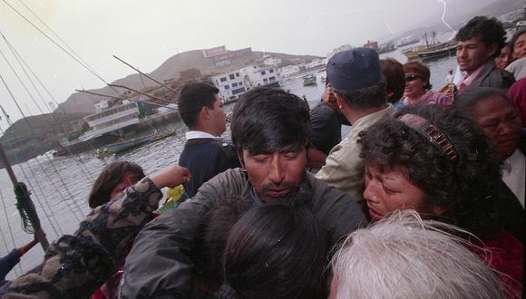 El pescador Roberto Torres fue de los primeros en saltar a tierra firme y recibir el abrazo de su mujer, de su madre y hasta el cariño de su abuelita.  (Foto: Guillermo Figueroa / GEC Archivo)