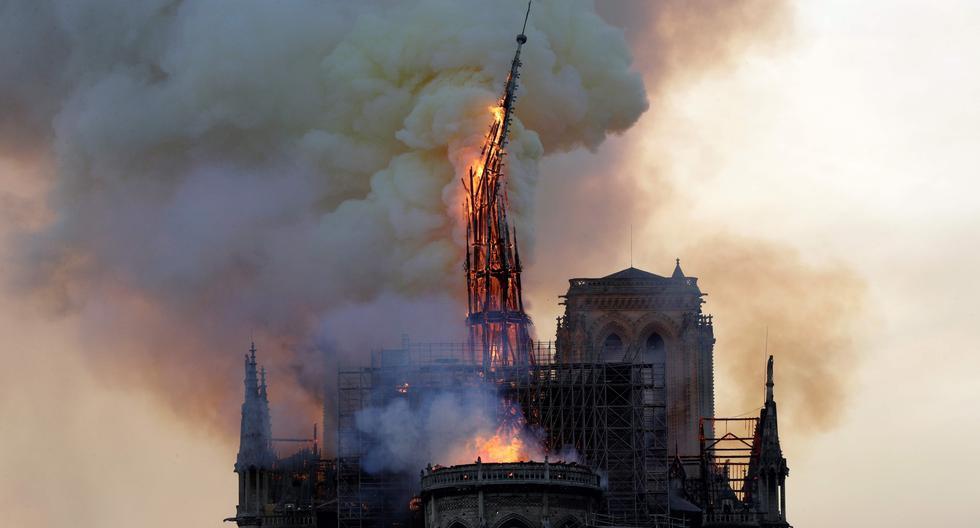 Una foto de archivo de la emblemática aguja de Notre Dame destruida por el fuego. (AFP)
