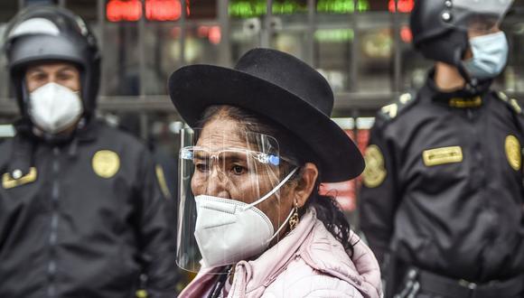 La entrega del bono universal ayuda a las familias a contrarrestar la crisis generada por la pandemia (Foto: Ernesto BENAVIDES / AFP)