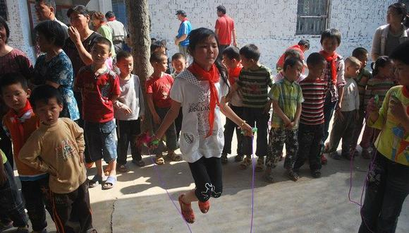 Niños se divierten jugando a saltar la cuerda con el cuerpo de un animal muerto ( Foto: Pixabay /referencial )