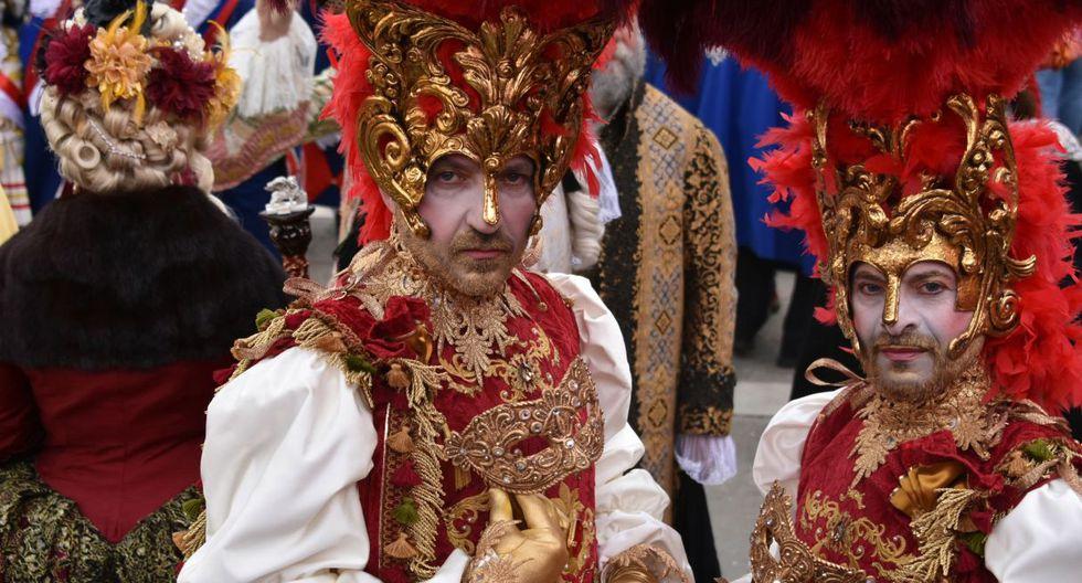 Son miles de personas que dejan de lado el calor y se visten con trajes especiales del carnaval para el gran evento. (EFE).