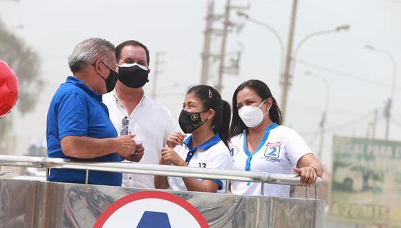 Yuriko Collantes Huacacolqui (al centro) es candidata al Congreso de APP, que postula a la Presidencia a César Acuña. (Foto: Facebook)