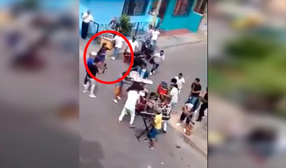 Esta mujer que se hizo viral en Facebook no dudó ni un segundo en botar a las personas luego de que estas se pongan a tocar justo al frente de su casa.