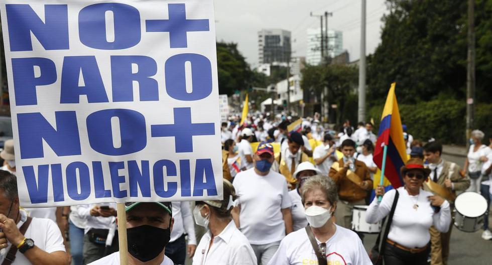 Colombia: Thousands of people dressed in white march against unemployment and roadblocks