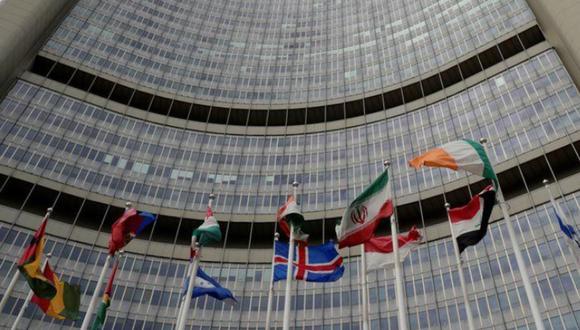 Una bandera iraní ondea entre otras banderas frente a la sede del OIEA en Viena, Austria. (Foto: REUTERS/Leonhard Foeger/ARCHIVO).