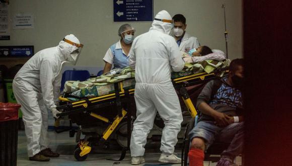 Paramédicos con equipo de protección para evitar el contagio de coronavirus ingresan a una mujer al área de emergencias del Hospital San Juan de Dios en Ciudad de Guatemala (Guatemala). (Foto: EFE/Esteban Biba/Archivo).