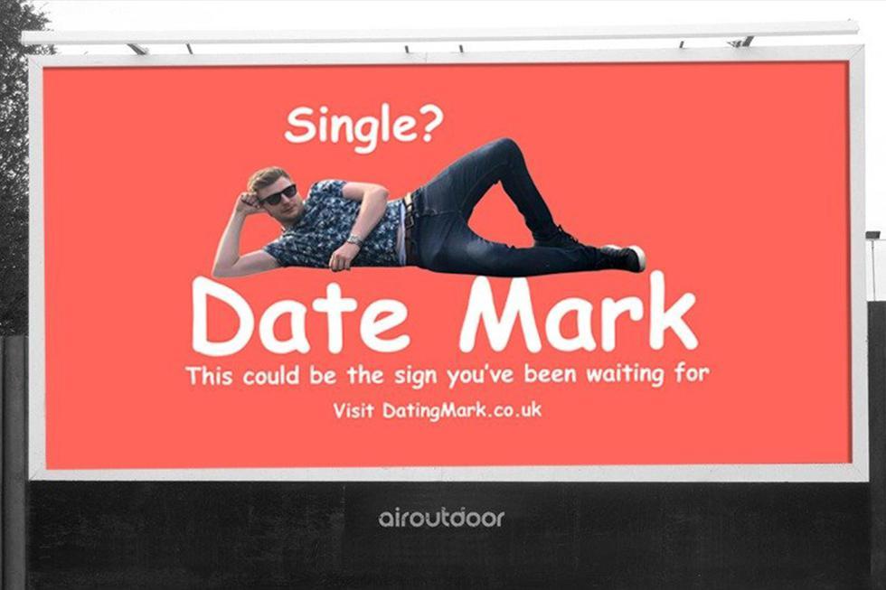 Se cansó de las aplicaciones de citas, alquiló una valla publicitaria para buscar novia y resulta ser todo un éxito. (Facebook | Mark Rofe)