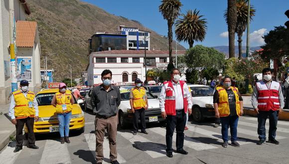 La presentación de los 120 taxistas se realizó en la Plaza de Armas de Abancay. El alcalde provincial Guido Chahuaylla Maldonado verificó la condición de estos vehículos que fueron encapsulados para evitar contagios (Foto: Carlos Peña)