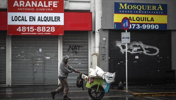 Una persona camina por una calle de Buenos Aires, Argentina, durante un nuevo confinamiento estricto dictado por el gobierno para intentar bajar los contagios de coronavirus Covid-19. (EFE/ Juan Ignacio Roncoroni).
