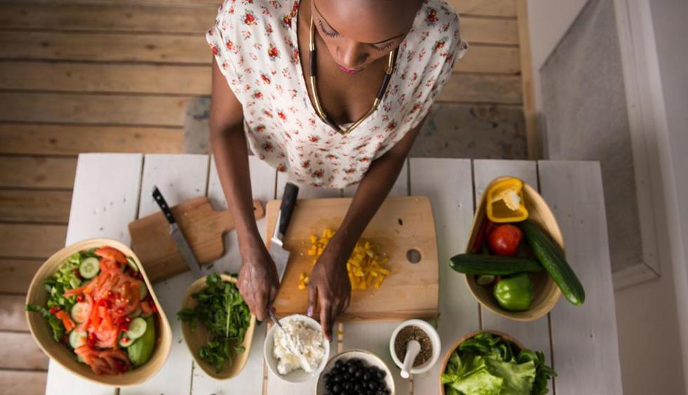 Cocinar. ¿Eres de las que les gusta cocinar en casa? ¡Alégrate! Un informe publicado por la CNN demuestra que realizar esta actividad puede ayudar a quemar entre 170 y 350 calorías. Esto siempre y cuando realices un trabajo constante por aproximadamente 1 hora. (Foto: Shutterstock)