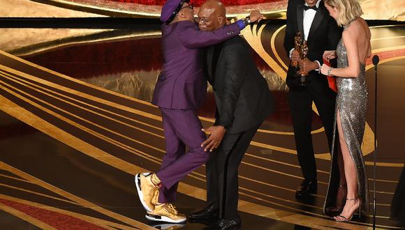 Spike Lee no pudo contener su emoción y abrazó eufóricamente al actor Samuel L. Jackson.  (Foto: AFP)