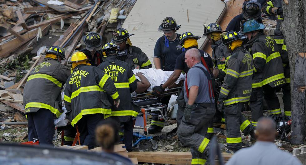 Los bomberos rescatan a una persona herida. (AP Photo/Julio Cortez).