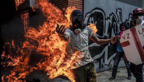Venezuela: Un manifestante envuelto en llamas durante protesta