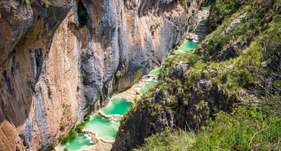 Millpu. A cuatro horas de la ciudad de Ayacucho, en la comunidad de Circamarca, se encuentra Millpu, un atractivo que no solo destaca por sus aguas turquesas, sino también por encontrarse escondidas en medio de formaciones rocosas. (Foto: Shutterstock)