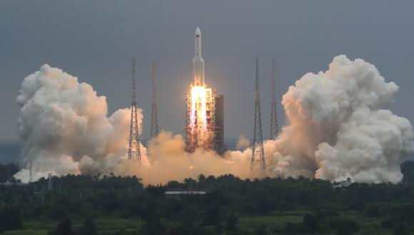 En esta foto publicada por la Agencia de Noticias Xinhua de China, un cohete Long March 5B que lleva un módulo para una estación espacial china despega del sitio de lanzamiento de la nave espacial Wenchang en Wenchang, en la provincia de Hainan, en el sur de China. (Foto: Ju Zhenhua / Xinhua vía AP).