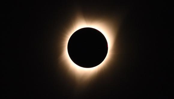 La corona del sol es visible a medida que la luna pasa frente al sol durante un eclipse solar total en el rancho Big Summit Prairie en el Bosque Nacional Ochoco de Oregón. (Foto: AFP)