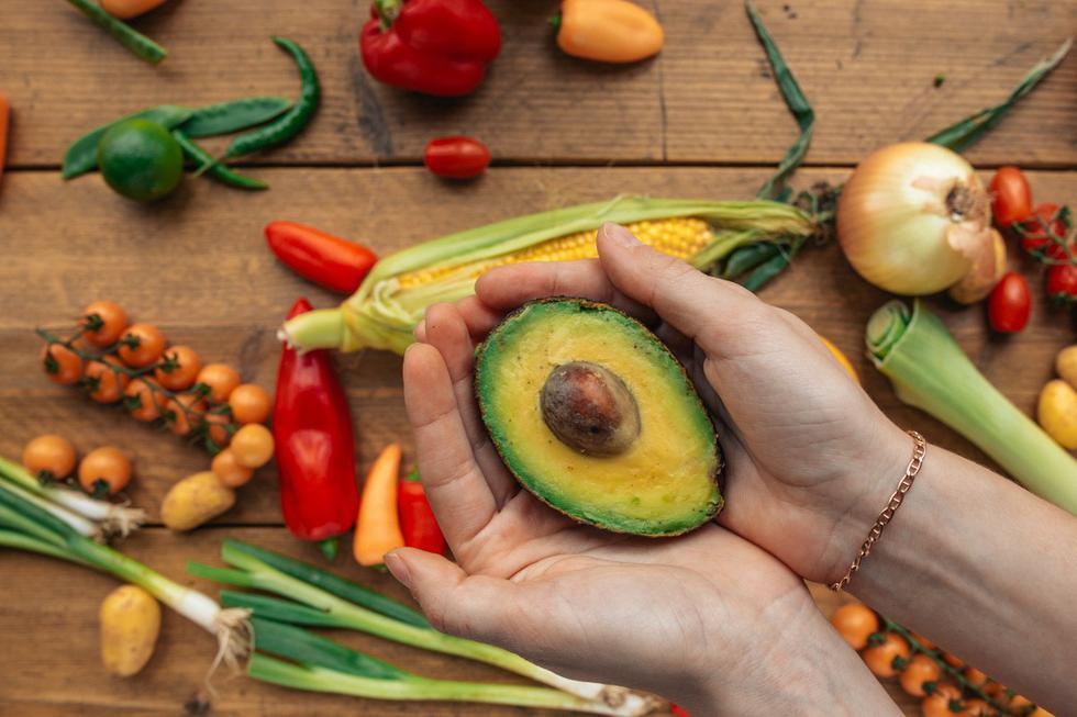 """Lo más importante después de tomar el sol es hidratarse adecuadamente, pero hay algunos alimentos que pueden cuidar de tu <a href=""""https://mag.elcomercio.pe/respuestas/como-cuidar-el-colageno-de-la-piel-en-simples-pasos-cuidado-personal-mexico-estados-unidos-eeuu-usa-nnda-nnni-noticia/""""><font color=""""blue"""">piel</font></a>. (Foto: Pexels)"""