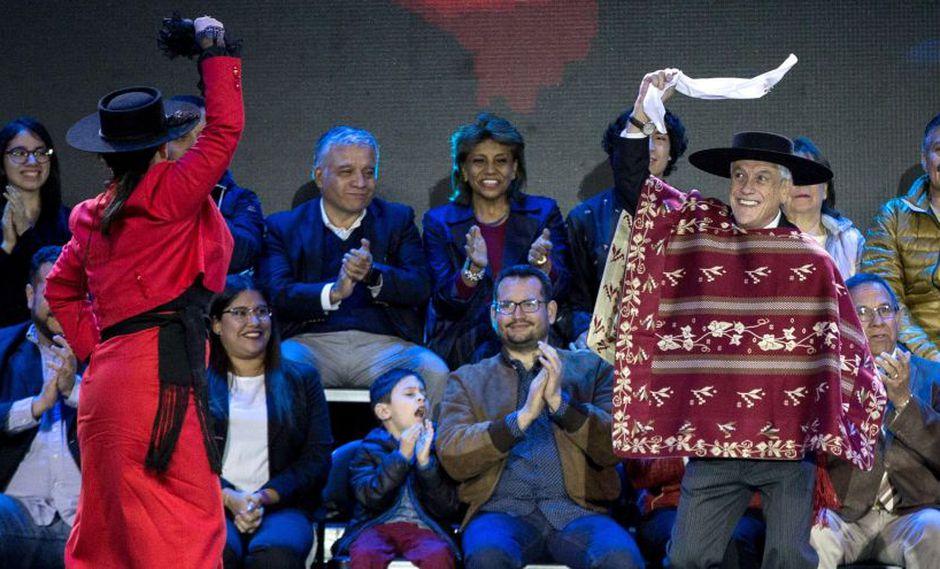 El presidente de Chile, Sebastián Piñera, baila durante la inauguración oficial de las Fiestas Patrias chilenas en Santiago. (Foto: EFE)