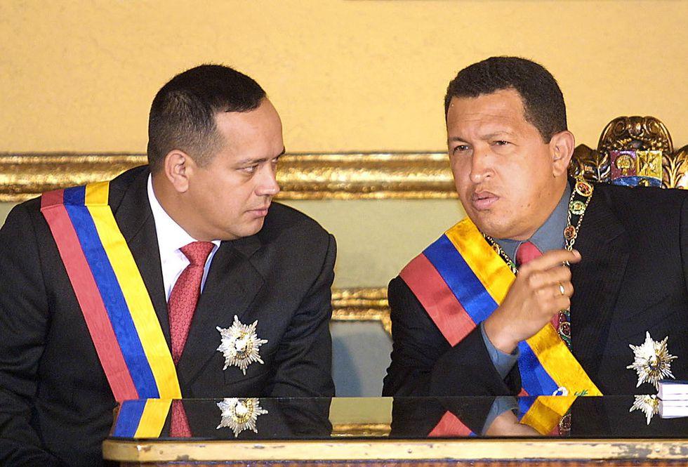 Hugo Chávez junto a Diosdado Cabello el 17 de enero del 2002 en el palacio presidencial de Miraflores. (AFP).